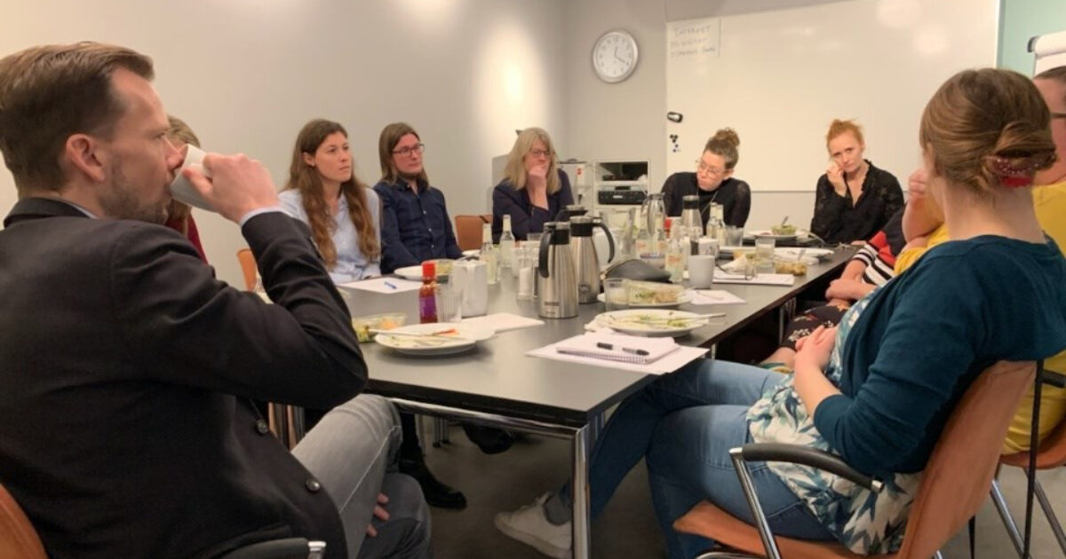 Peter Hummelgaard besøger socialrådgivere